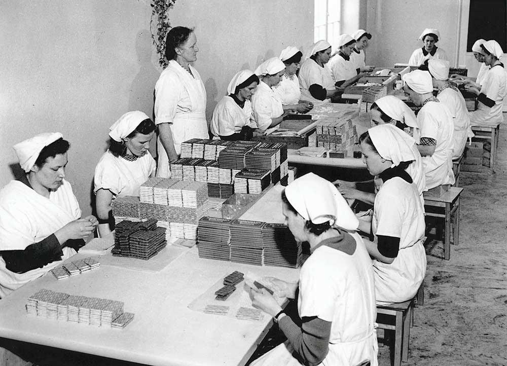 suklaalevyjen-pakkaaminen-1950-luvulla